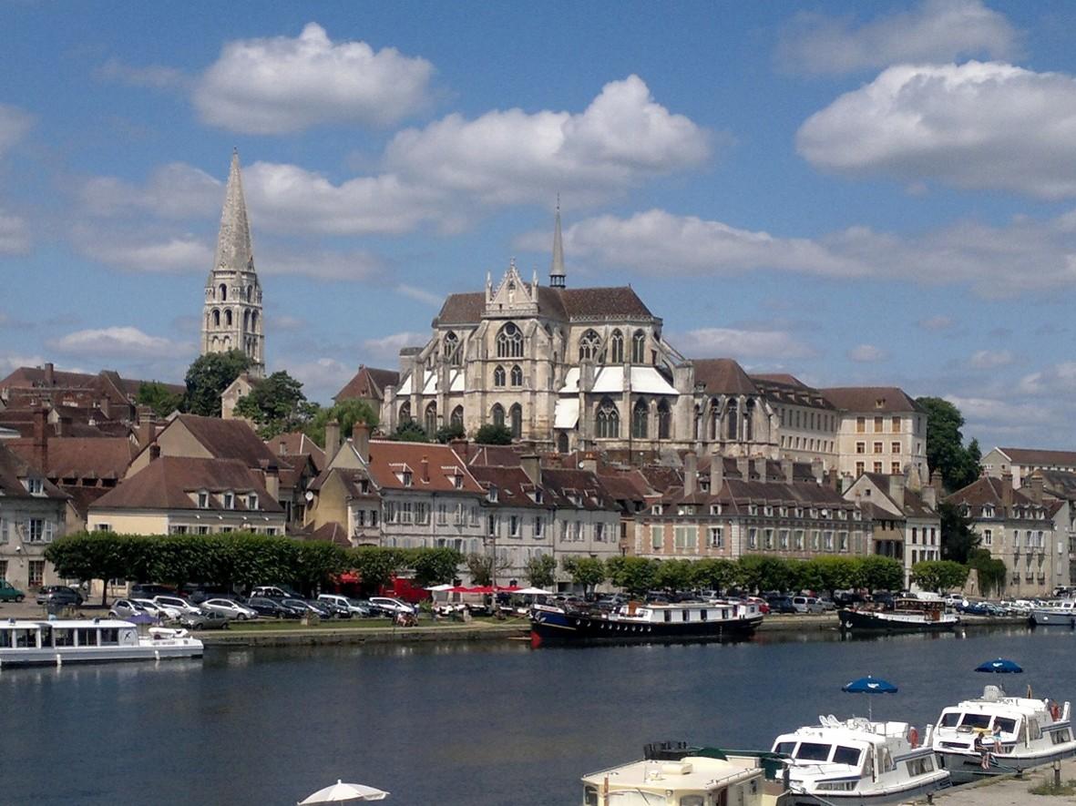 Auxerre stunning depuis le pont paul bert le tribunal for Hotel design yonne